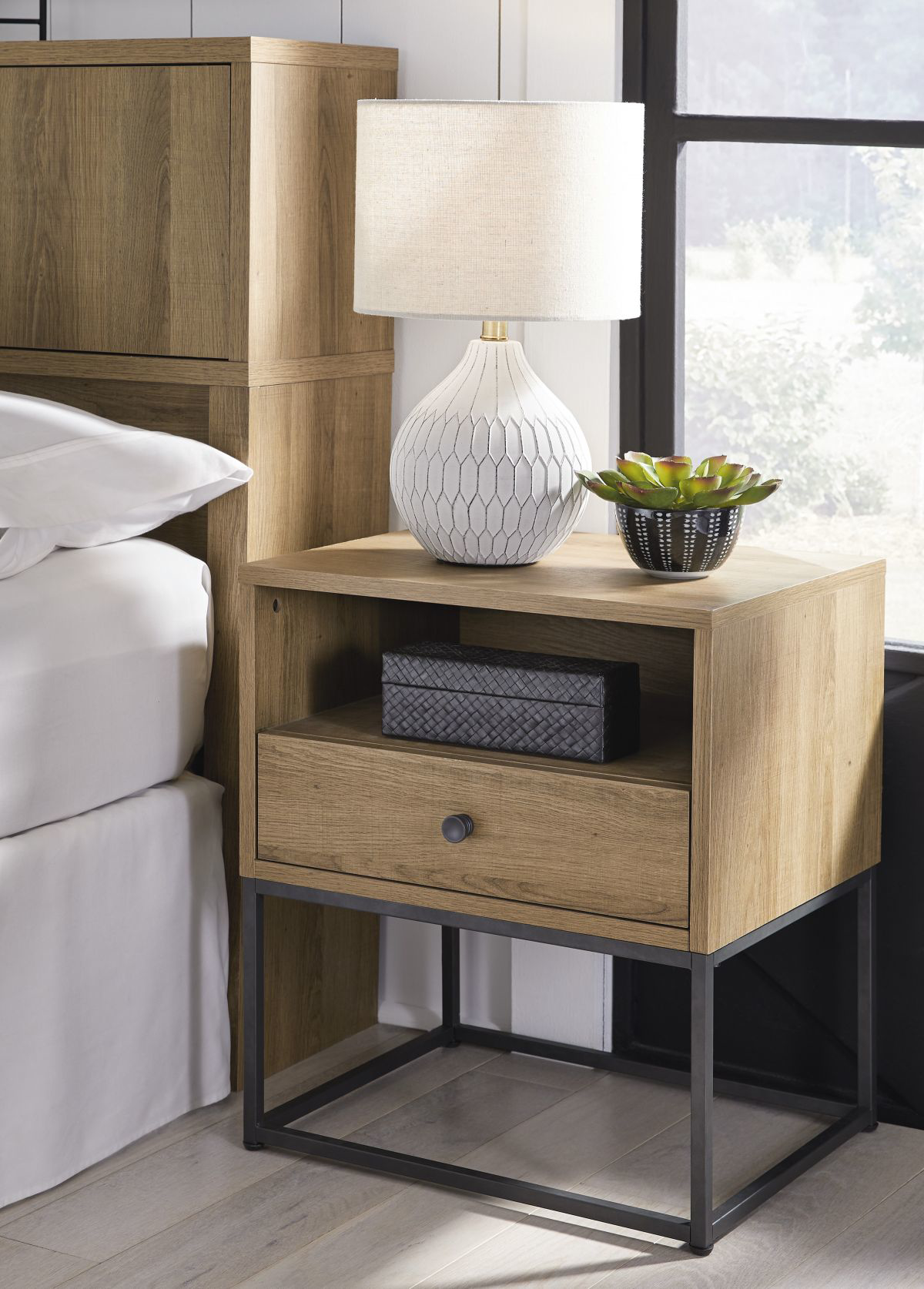 Picture of Thadamere Nightstand